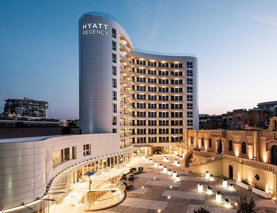 Hotel-Hyatt-Regency-Saint-Julian's-Malta-pavimentazione-in-pietra-sinterizzata-di-2-cm