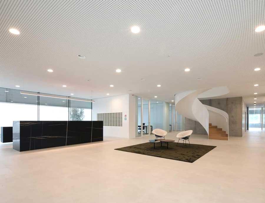 Sede-aziendale-con-pavimento-in-pietra-sinterizzata-per-pavimentazione-interna-1-cm-Duomo-Perla-Anversa
