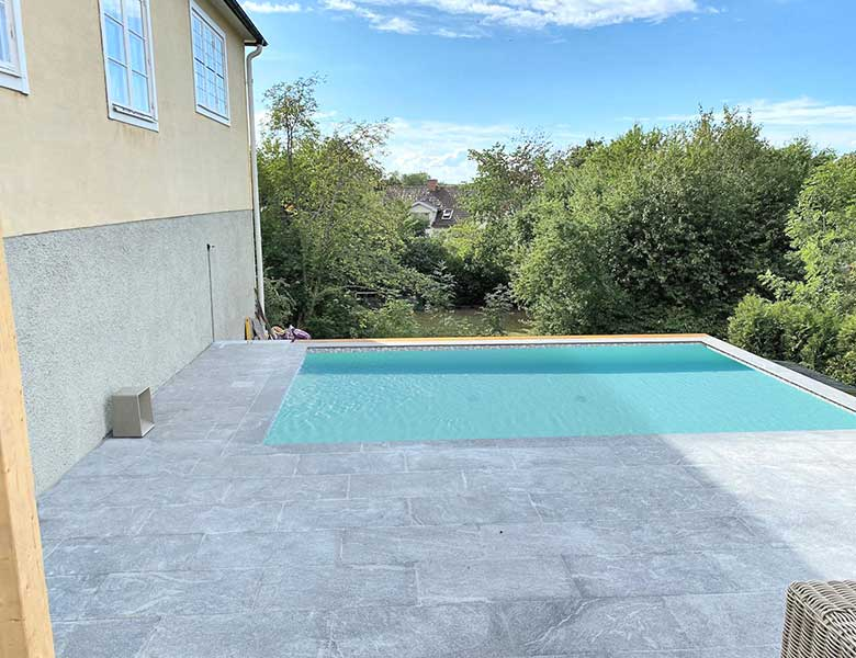 Residenza-privata-con-piscina-pavimento-in-pietra-sinterizzata-Colosseo-Grigioni