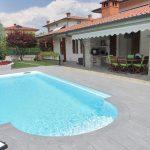 Villa-con-pavimentazione-esterna-della-piscina-in-pietra-sinterizzata-L'Altra-Pietra-Harena-Calanca-Light-2-cm-spessore