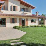 Villa-Verona-pavimentazione-in-pietra-sinterizzata-L'Altra-Pietra-Harena-Sand-Stone-Beige-Hardscape-Porcelain-Etna-Light-Grey