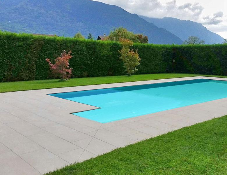 Lastre in pietra sinterizzata L'ALTRA PIETRA Harena Sand Stone Beige 40x120x2 cm villa con piscina