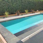 Villa-con-piscina-in-pietra-sinterizzata-L'Altra-Pietra-Museo-Ardesia-Nera-e-Outdoor-Wood-2-cm-Selva-Borneo