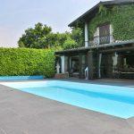 villetta-piscina-bergamo-pavimentazione-in-pietra-sinterizzata-L'Altra-Pietra-Colosseo-Basalt-Grau